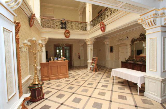 wnętrze pałacu w kamieniu śląskim