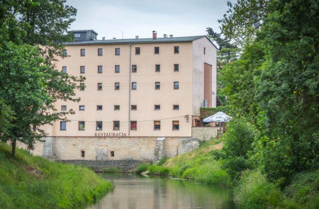 hotel krapkowice Zamkowy Młyn widok od strony rzeki