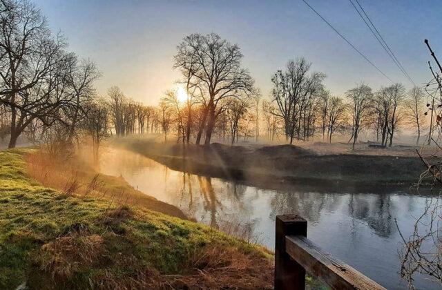 widok z ogródka na rzekę osobłoga